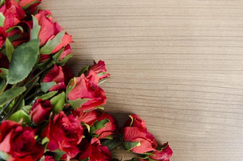 As flores da rosa arranjaram com copyspace para seu texto imagem de stock