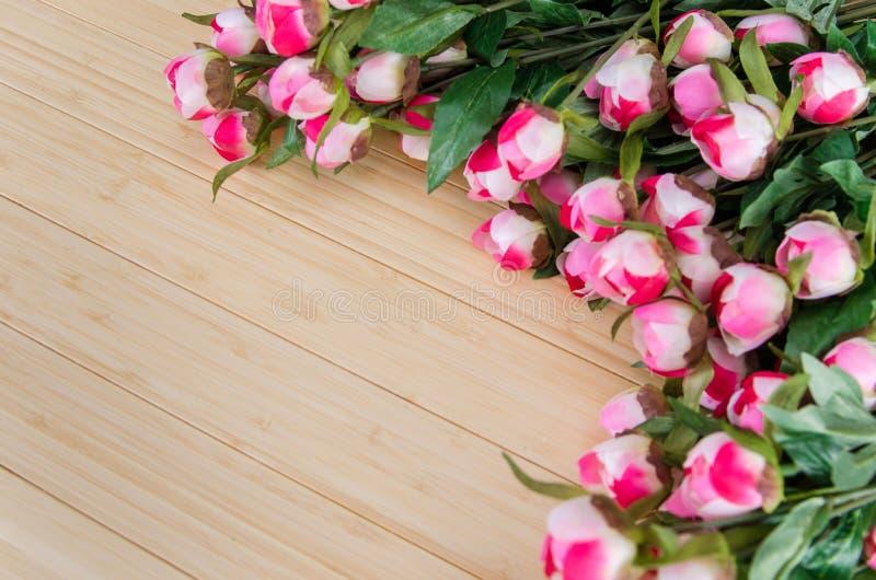 As flores da rosa arranjaram com copyspace para seu texto fotos de stock royalty free