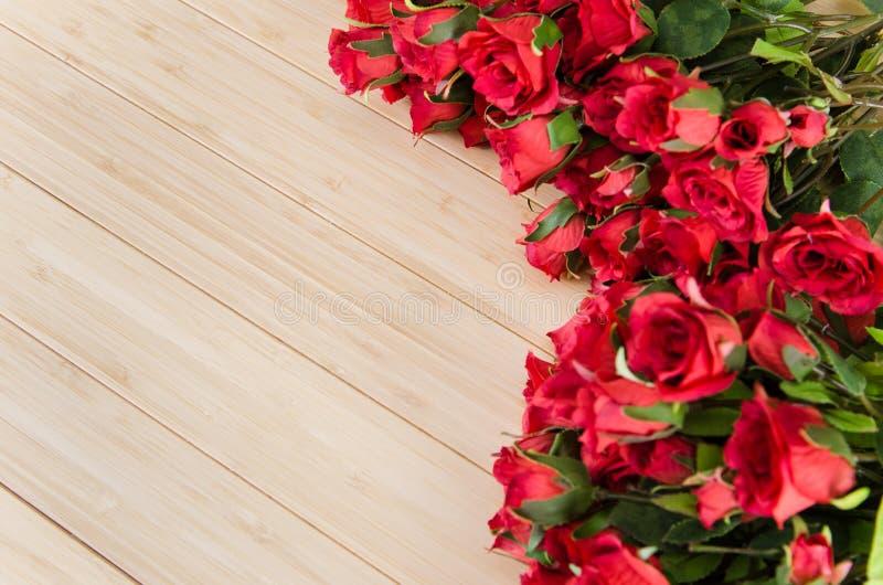 As flores da rosa arranjaram com copyspace para seu texto fotos de stock