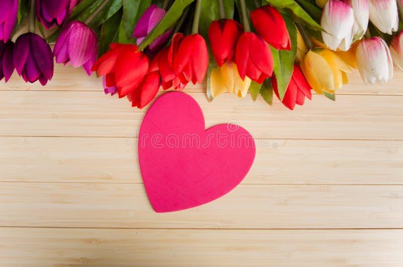 As flores das tulipas arranjaram com copyspace para seu texto fotografia de stock royalty free