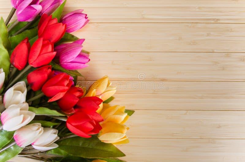 As flores das tulipas arranjaram com copyspace para seu texto imagens de stock