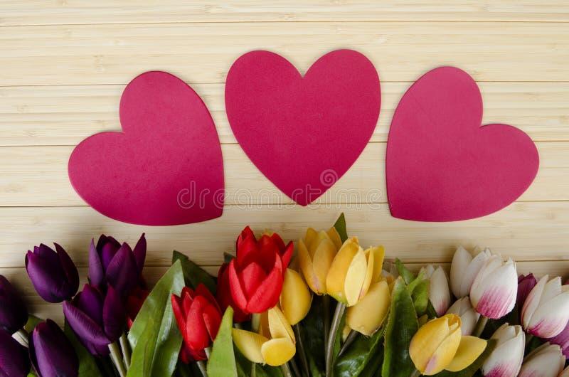 As flores das tulipas arranjaram com copyspace para seu texto foto de stock royalty free