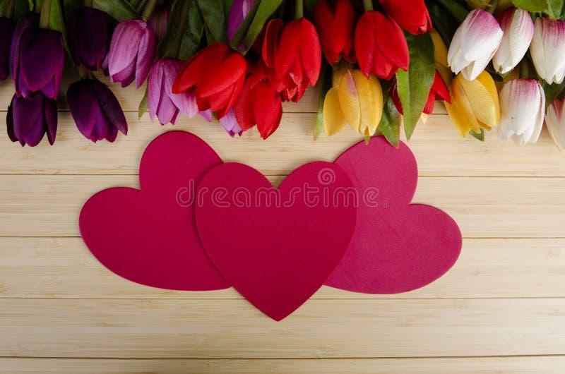 As flores das tulipas arranjaram com copyspace para seu texto fotos de stock