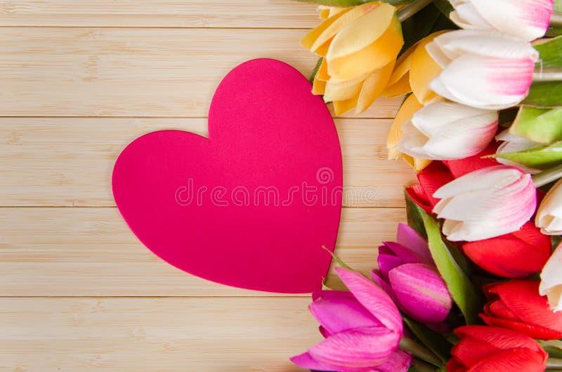 As flores das tulipas arranjaram com copyspace para seu texto foto de stock