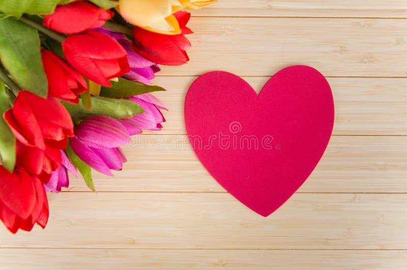 As flores das tulipas arranjaram com copyspace para seu texto imagens de stock royalty free