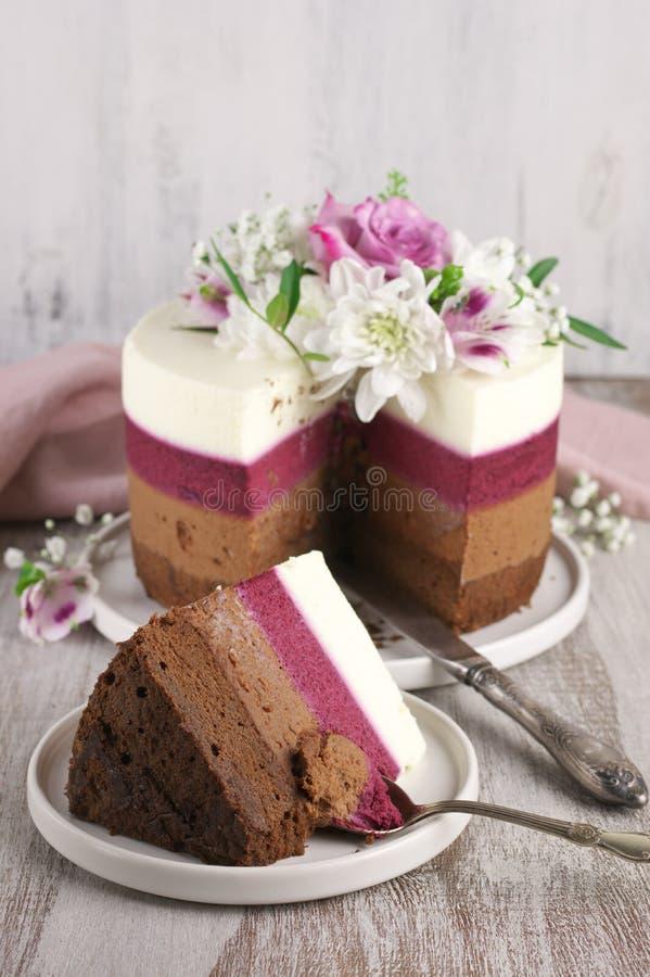 As flores frescas decoraram o bolo mergulhado foto de stock