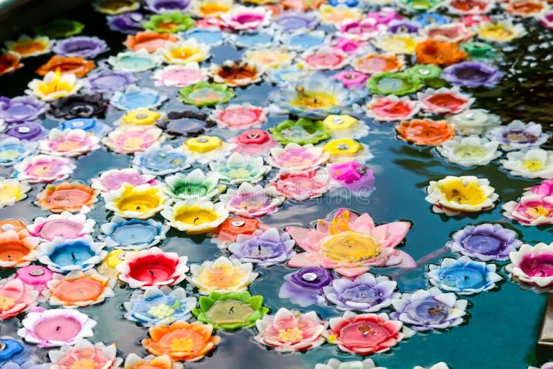 As flores que flutuam velas no redemoinho representam uma fortificação sagrado fotos de stock