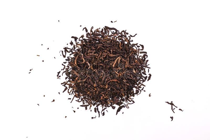 As folhas de chá aromáticas do plutônio-erh do preto, uma pilha do chinês vermelho seco plutônio-er, close-up, isolaram-se no bra fotos de stock