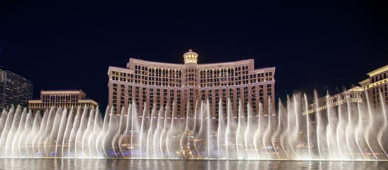 As fontes de Bellagio na noite, Las Vegas Blvd na noite foto de stock