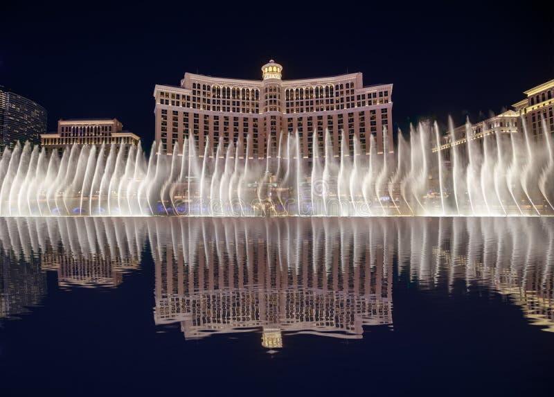 As fontes de Bellagio na noite, Las Vegas Blvd na noite fotografia de stock royalty free