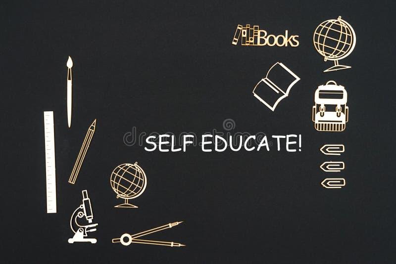As fontes de escola colocadas no fundo preto com auto do texto educam fotos de stock
