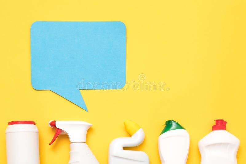 As fontes de limpeza da casa reveem garrafas plásticas foto de stock