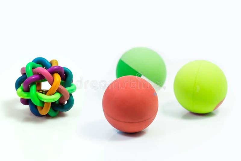 As fontes do animal de estimação sobre a bola brincam para o animal de estimação no branco imagens de stock