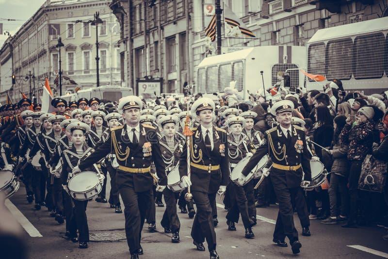 As forças armadas de St Petersburg desfilam imagens de stock