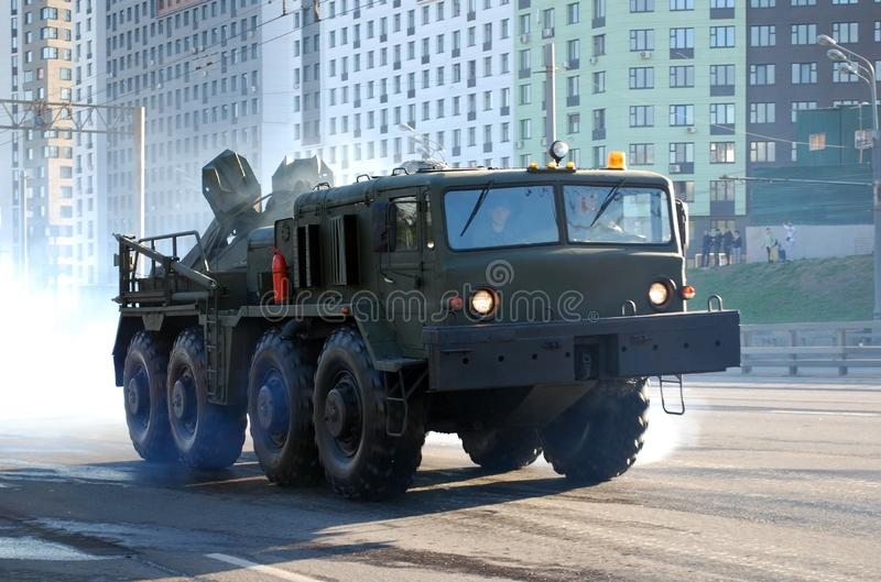 As forças armadas soviéticas da carga vão-em qualquer lugar veículo que o carro MAZ-537 vai na rua de Narodnogo Opolcheniya fotografia de stock royalty free