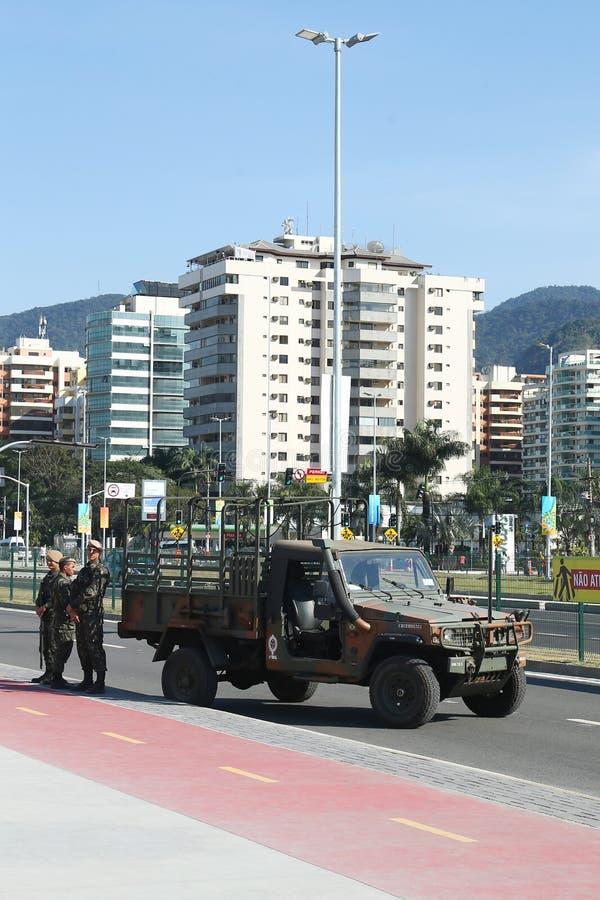 As forças brasileiras do exército fornecem a segurança durante o Rio 2016 Jogos Olímpicos perto do parque olímpico em Rio de jane imagem de stock