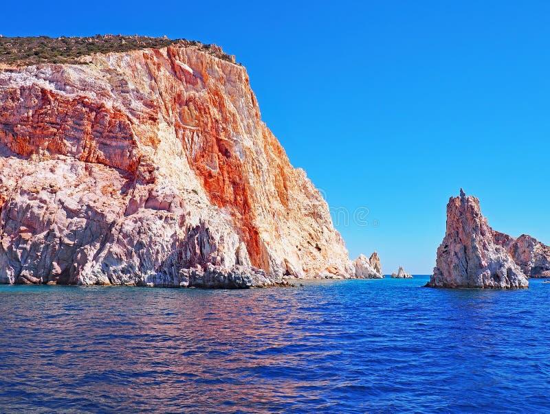 As formações de Polyaigos, uma ilha dos penhascos e de rocha dos Cyclades gregos imagens de stock