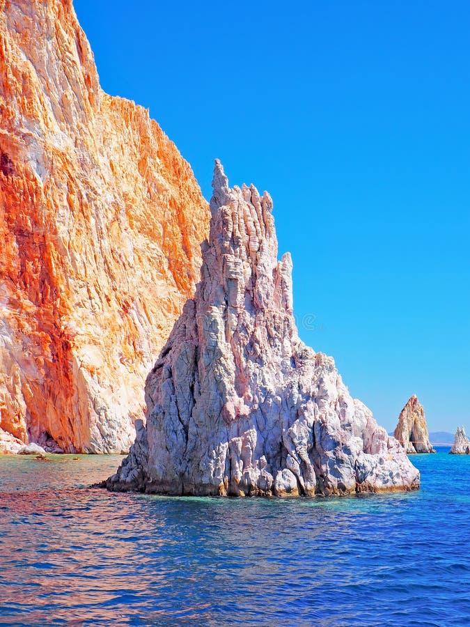 As formações de Polyaigos, uma ilha dos penhascos e de rocha dos Cyclades gregos foto de stock