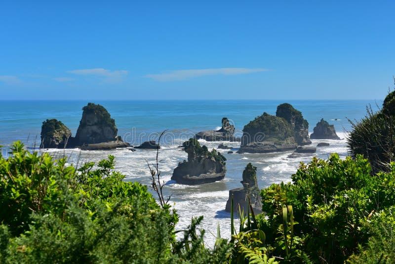 As formações de rocha e a paisagem cênico em Motukiekie encalham em Nova Zelândia fotos de stock