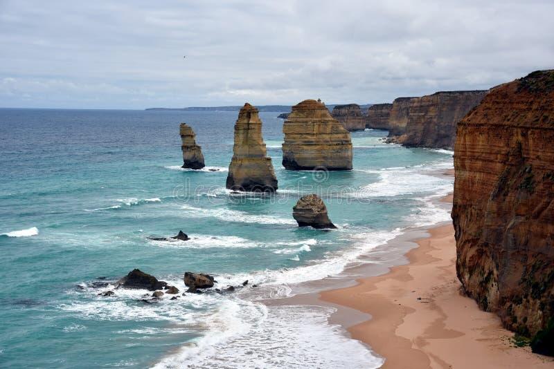 As formações de rocha famosas chamaram doze apóstolos na grande estrada do oceano imagem de stock