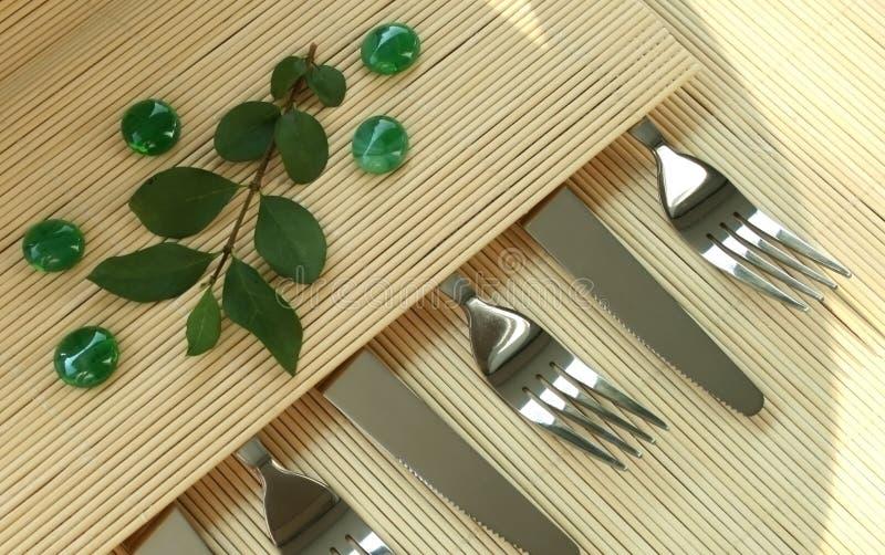 As forquilhas e os knifes brilhantemente no fundo imagens de stock