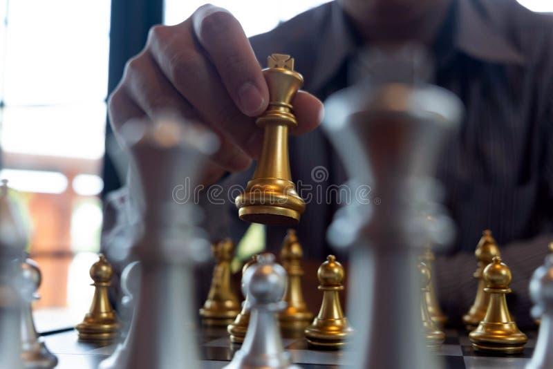 As fotos do close-up das m?os do checkmate em um tabuleiro de xadrez durante um jogo de xadrez o conceito da estrat?gia da vit?ri fotografia de stock royalty free