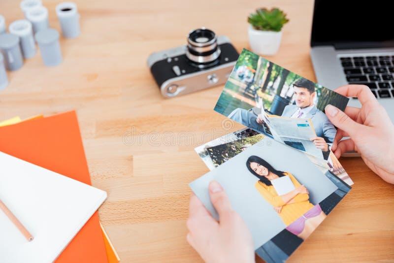 As fotos dos modelos holded pelo fotógrafo da mulher na tabela imagens de stock
