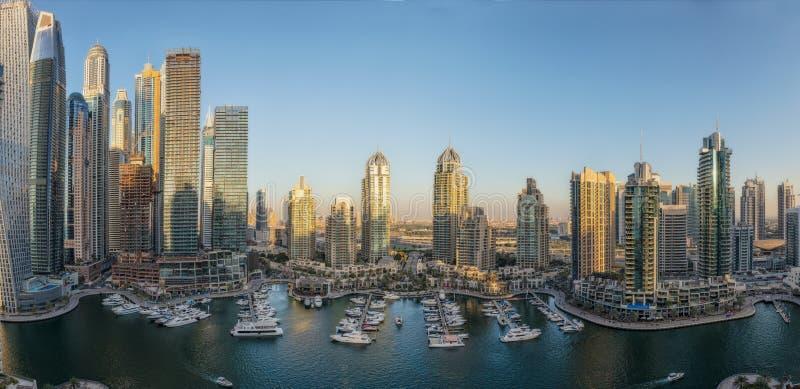 As fotos múltiplas converteram em um panamoramica da área bonita da skyline da cidade de Dubai Marina Terrace UAE imagem de stock royalty free