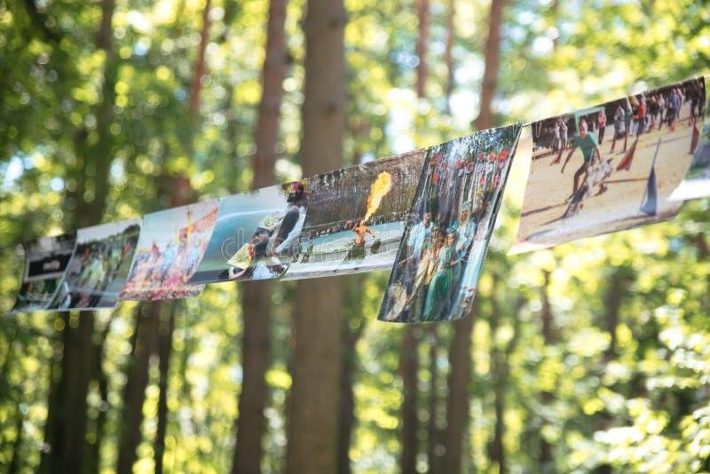 As fotos pesam em uma corda no parque, Cherkasy Ucrânia 10 de junho de 2018 imagens de stock royalty free