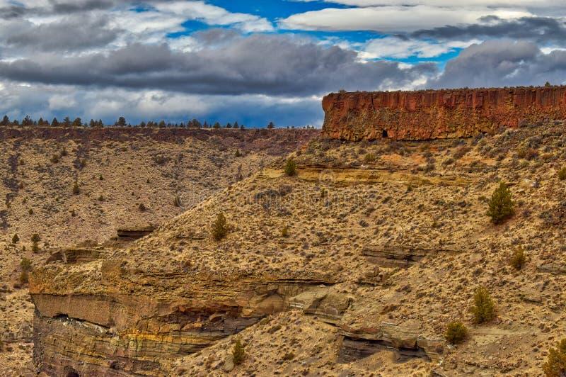 As gargantas da rocha formam ao longo do rio de Deschutes aqui em Oregon central foto de stock