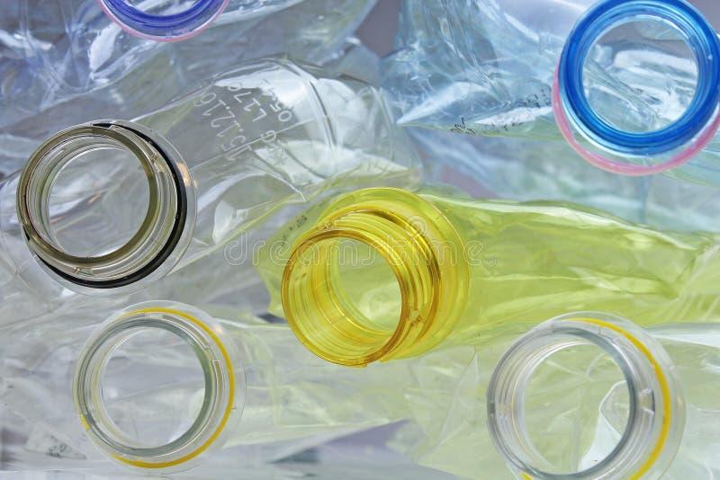 As garrafas feitas do ANIMAL DE ESTIMAÇÃO às vezes PETE do terephthalate de polietileno podem ser recicladas para reutilizar o ma imagem de stock royalty free