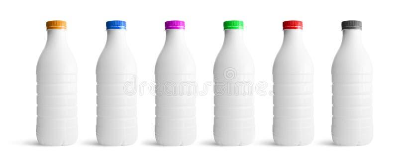 As garrafas plásticas brancas ajustaram-se com o tampão diferente das cores fotos de stock