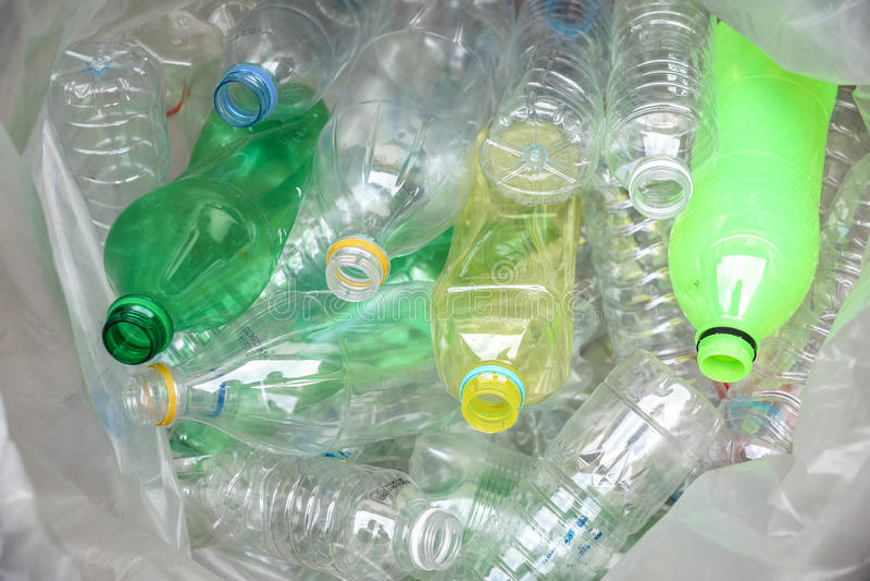 as garrafas plásticas para reciclam imagem de stock