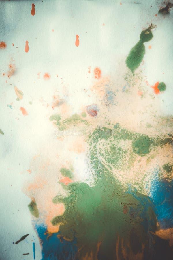 As gotas com as raias da pintura diferente das cores são misturadas fotografia de stock