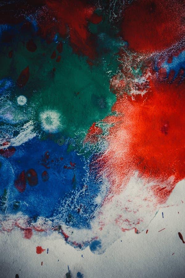 As gotas com as raias da pintura diferente das cores são misturadas e absorvidas imagem de stock royalty free