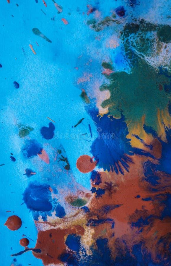 As gotas com as raias da pintura diferente das cores são misturadas e absorvidas foto de stock royalty free