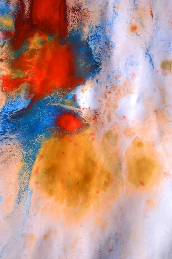 As gotas com as raias da pintura diferente das cores são misturadas e absorvidas imagens de stock royalty free