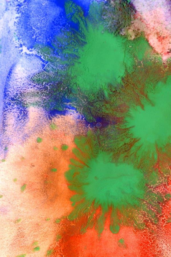 As gotas com as raias da pintura diferente das cores são misturadas e absorvidas foto de stock