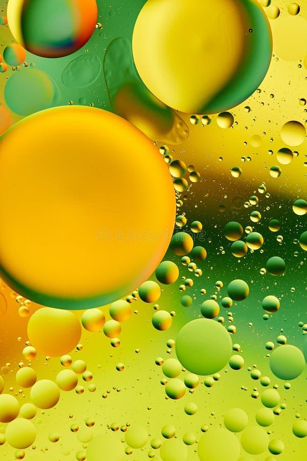 As gotas do óleo em uma superfície da água abstraem o fundo ilustração do vetor