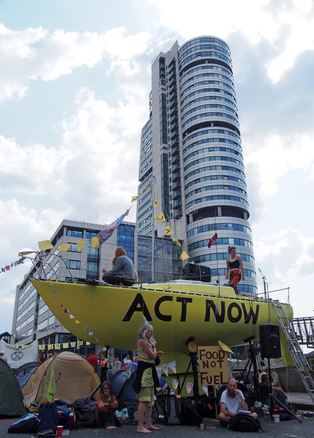 As grandes barracas e povos amarelos do barco na estrada no protesto da rebelião da extinção que obstrui a ponte de victoria em l fotografia de stock