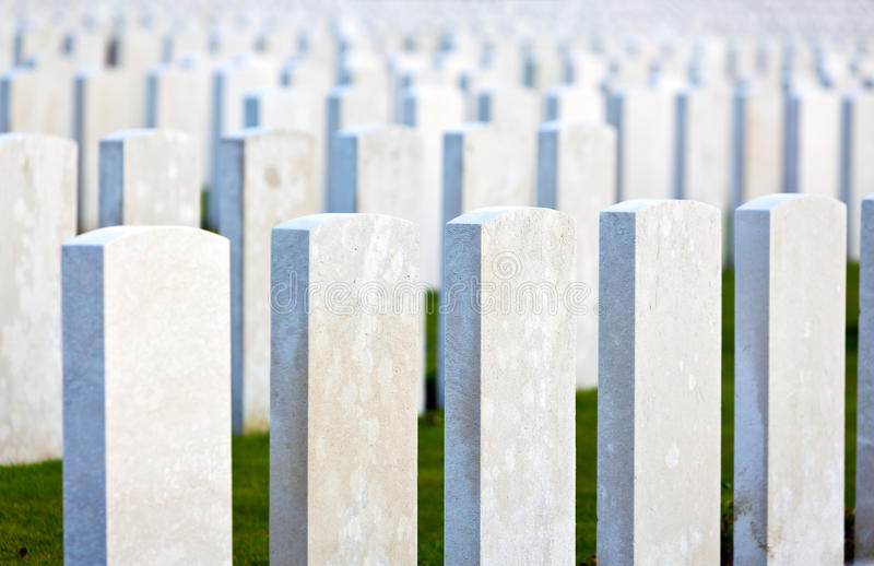 As grandes lápides da guerra das sepulturas em Flanders colocam foto de stock