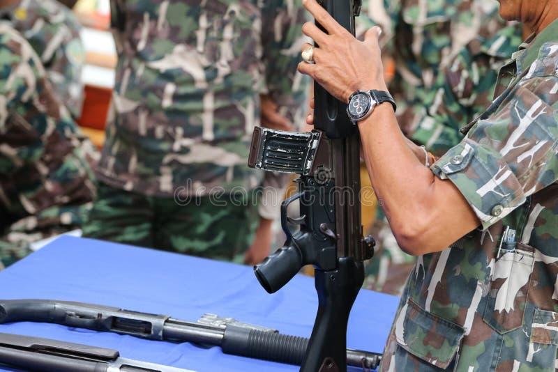 As guardas florestais ou os soldados estão ensinando para usar a arma e a munição imagens de stock royalty free
