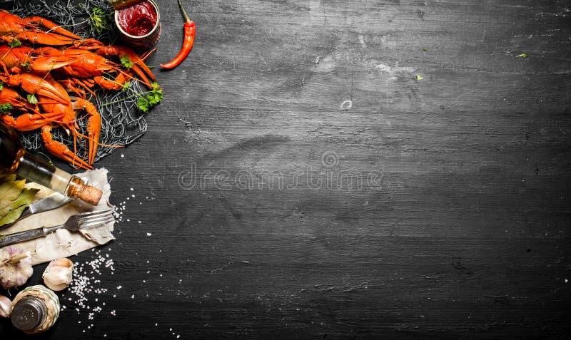 As guloseimas do alimento Lagostins fervidos frescos com especiarias e ervas fotos de stock royalty free