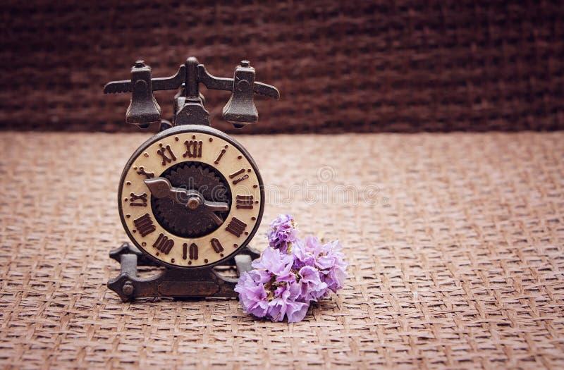 As horas da lembrança em um fundo da serapilheira bege-marrom estão em seguida fotos de stock