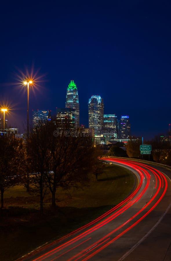 As horas de ponta da noite comutam em Charlotte, Carolina2 norte imagem de stock royalty free