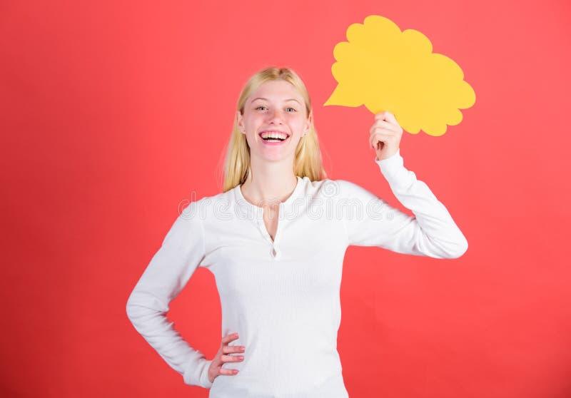 As ideias e os pensamentos copiam o espaço Menina com bolha do discurso Pensamentos da mulher adorável inspirada Ideia e inspiraç imagem de stock