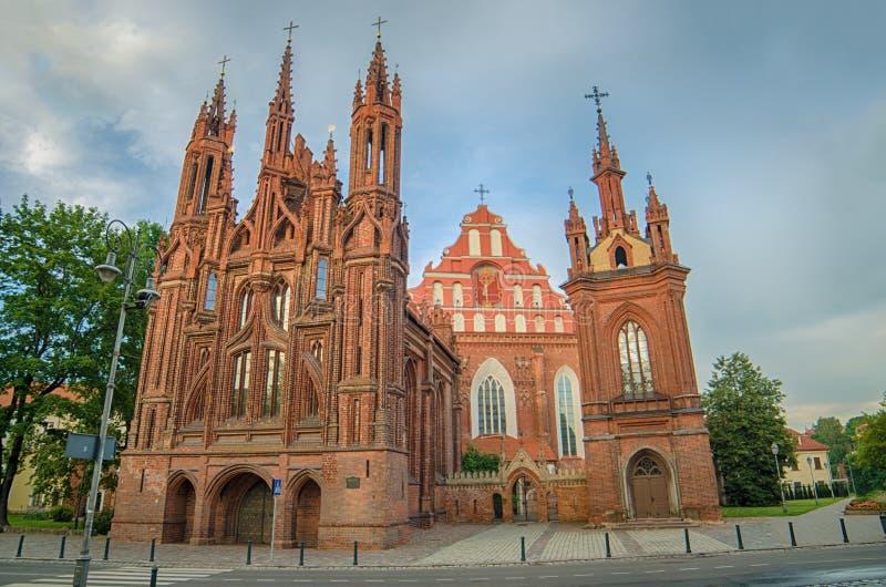 As igrejas de St Anne e de Bernadine em Vilnius, Lituânia imagens de stock