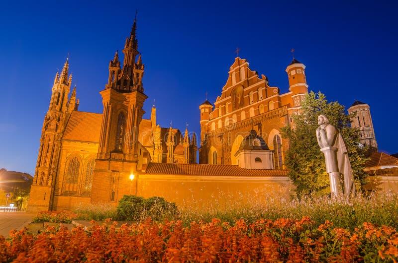 As igrejas de St Anne e de Bernadine em Vilnius, Lituânia imagem de stock royalty free