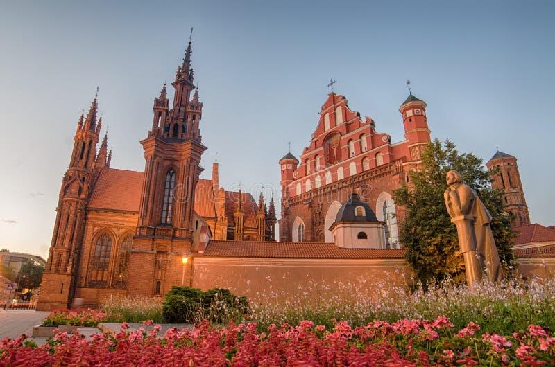 As igrejas de St Anne e de Bernadine em Vilnius, Lituânia imagens de stock royalty free
