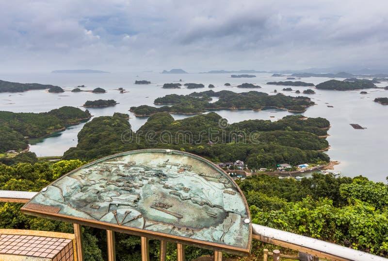As ilhas de Kujuku negligenciam no dia nebuloso em Sasebo, Kyushu imagem de stock